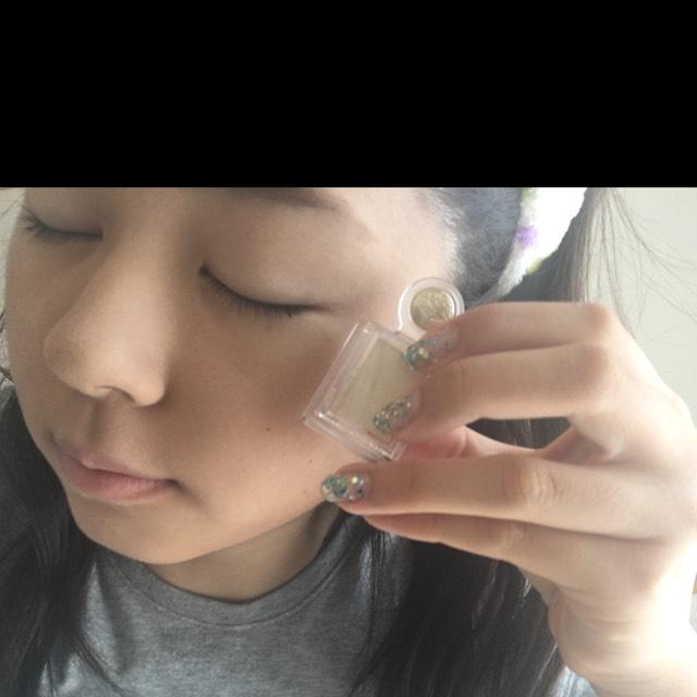 マジョリカマジョルカのアイシャドをアイホールと涙袋に塗ります。  そして、唇の上にも塗るのがポイント