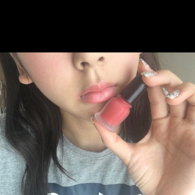 マジョリカマジョルカのチークを頬に塗り  唇にものせます。