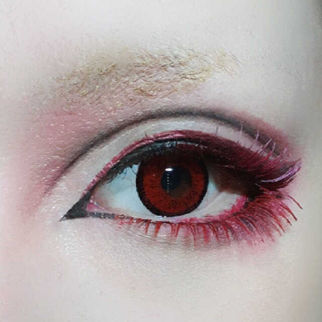 下まつげ全体にKATEの赤いマスカラを塗ります。ブラシを縦に持ち根元までしっかりと。 自眉を眉コンシーラーで明るくします。