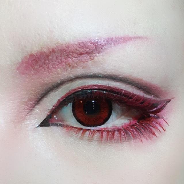マジョマジョのアイシャドーPK421を細いブラシに取り眉全体にのせます。 眉尻はKATEのリキッドアイブロウでしっかり輪郭を描いた後綿棒で内側にぼかし、上からピンクのシャドーで色をのせます。