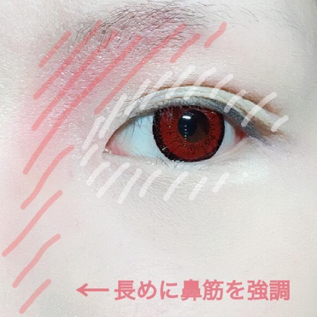 マジョマジョのアイシャドーPK421とBE121を混ぜ眉下の目頭側に三角形を意識して彫りを作りそのまま鼻筋まで伸ばします。 まぶた全体と涙袋にはBE121をしっかりとのせます。