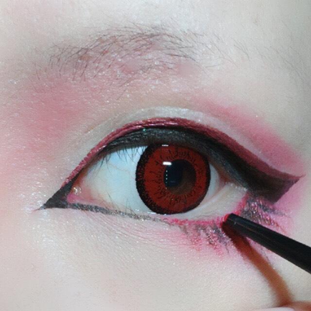 目尻側の下瞼と二重の上にアイシャドーPK421をのせます。 下はアクセントを付けたラインを覆うくらい広めに、上は二重幅を塗り潰さないように注意。