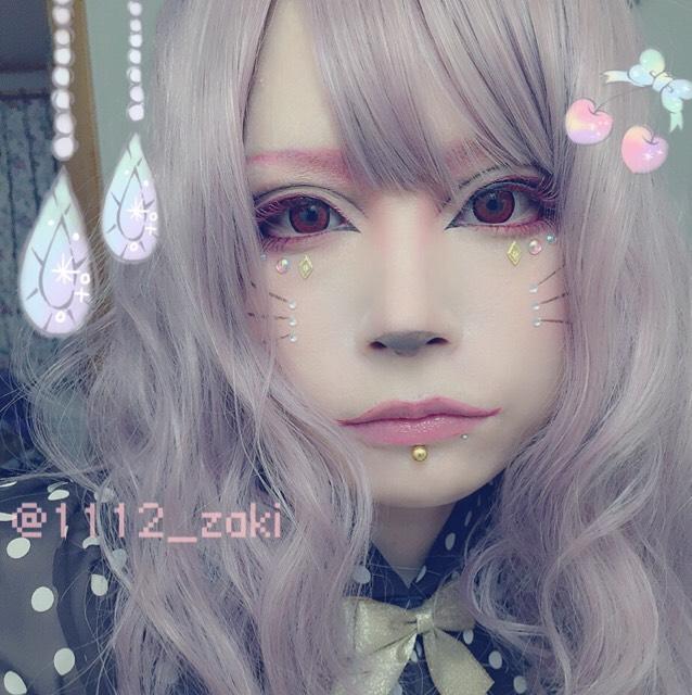 眉とウィッグを変えるだけで印象がだいぶ変わります*\(^o^)/* 女の子らしさを強調したい時は頬の中央(ヒゲの辺り全体)にマジョマジョのパフ・デ・チークPK301を丸くのせます。