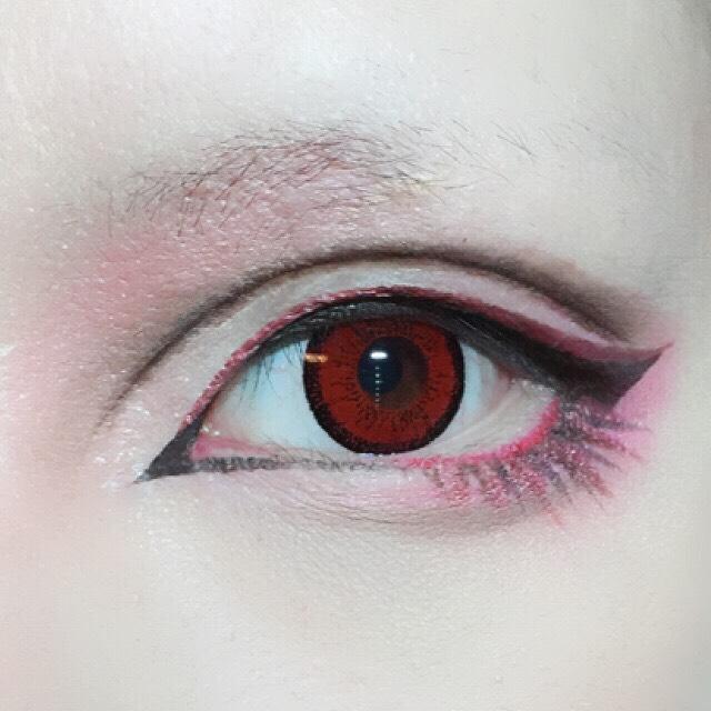 アイブロウパウダーで涙袋の影を作り、ダブルラインの目尻側と目頭側を太めにぼかします。 先ほど太めに書いたダブルラインの幅の中央のラインをマジョマジョのジェルリキッドライナーBR666で細く細くなぞり立体感を出します。