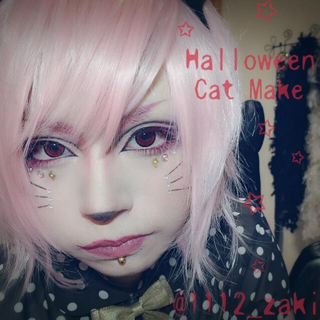 リップライナーで猫の口を意識し口角を上げて唇の輪郭を描き、全体にリップグロスを塗る。 マジョマジョのルージュマジェキスPK338を使用。 猫らしく鼻の頭とヒゲを描きお好みでラインストーンを散りばめたらHalloween Cat Makeの完成です。