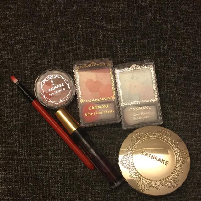赤いアイシャドウ 赤いチーク ハイライト ファンデーション グロス ブラシ を用意します!!
