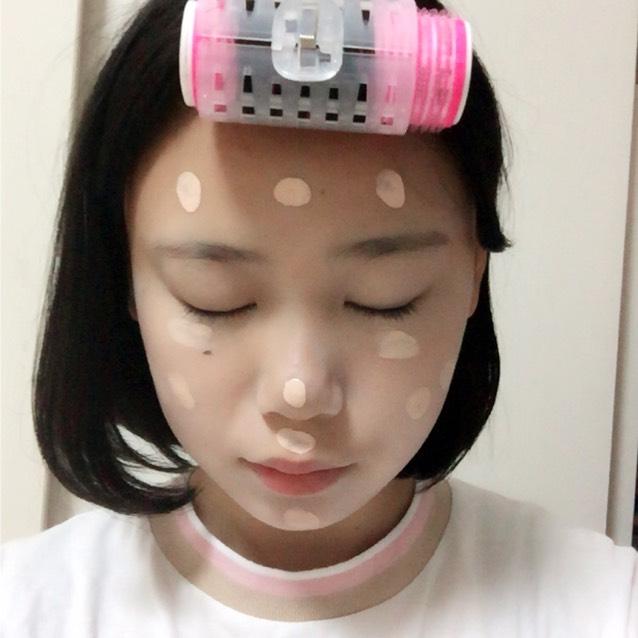 BBクリームを顔全体に塗ります。