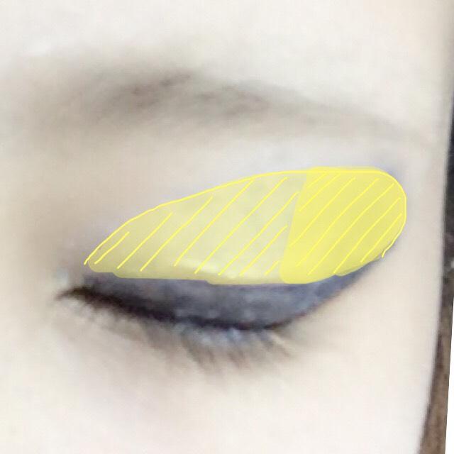 マジョマジョ ジュエリングアイズ ブルーの下段を使いドットの中に目尻が濃くなるように青い縦グラデを作ります。 目頭側は白、もしくは薄い水色でぼかします。