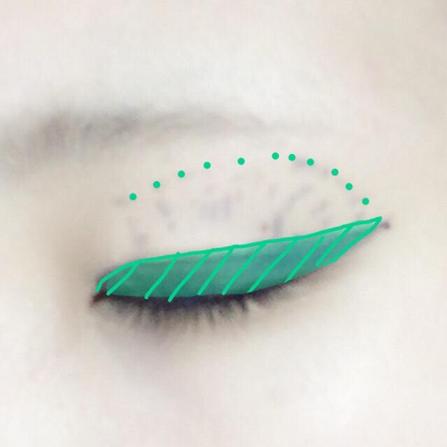 マジョマジョのジェルリキッドライナー ネイビーを使って、写真のように目尻は無視して思いっきりはねあげます。 アイホールにドットをかきます(適当)。