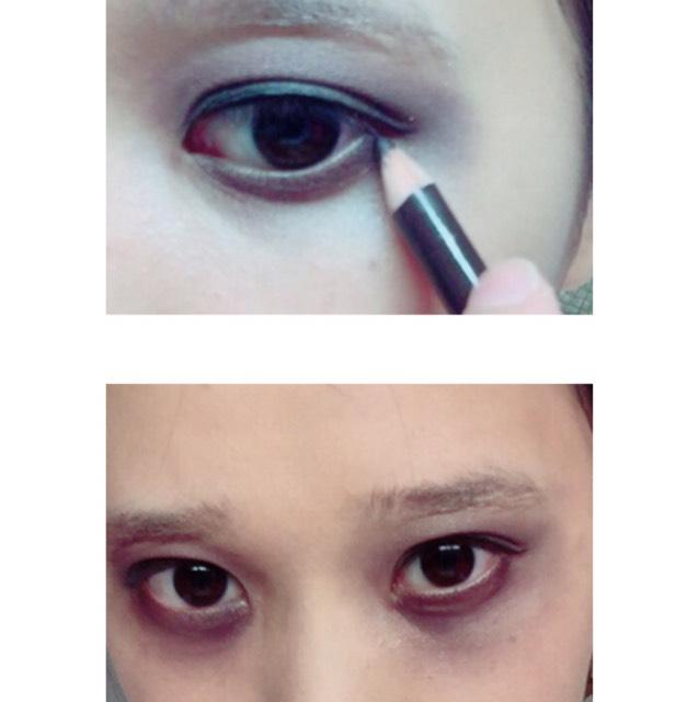 ブラウンのペンシルで目の下をグラデーションにしていきます。 その後ダークブラウンと黒を混ぜたものを使い目の周りを真っ黒にします