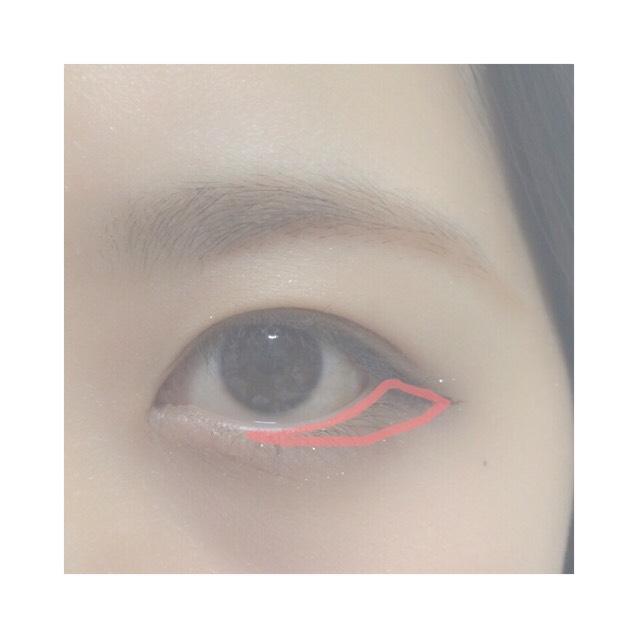 7.Eの色を目尻のきわから瞳の下くらいまでのせる