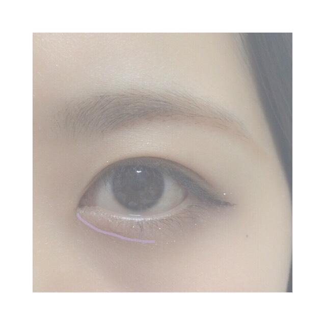 9.眉ブラシでニコッとした時にぷっくりしたところの下らへんを目頭から瞳くらいまで描く
