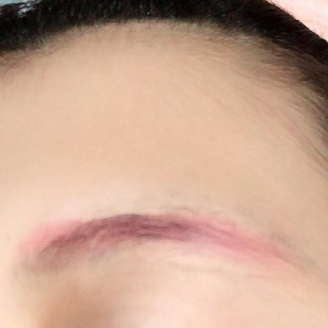 ピンクのシャドーで眉毛をかきます。