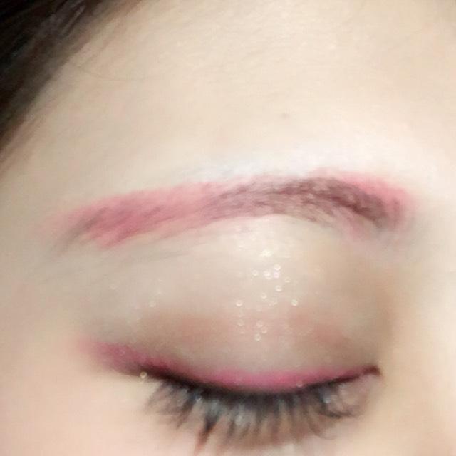 白のシャドーをベースにし、ピンクのシャドーで目の極を塗ります。二重ラインに薄くブラウンのシャドーを入れます。