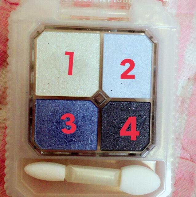 マジョマジョのアイシャドウ 3を目尻から中央に向かってのせます。  2を3と逆に目頭から中央に向かってのせます。  1を涙袋にのせます。