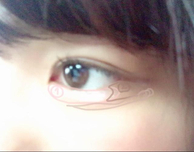 涙袋に薄ピンクのラメを下目尻にはブラウンを涙袋の影は目尻にのっけたシャドウとつなげるイメージで薄い茶色をこのように乗っけました