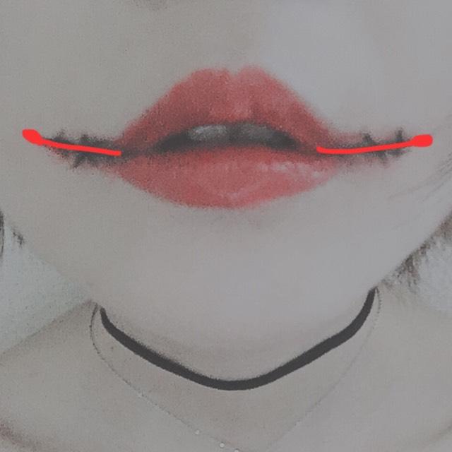 ちふれの赤リップを写真のように指で塗ります。