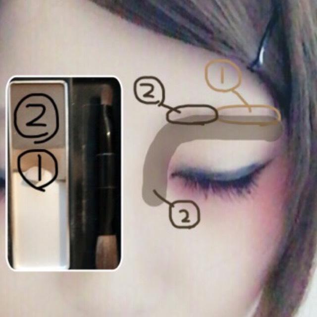 眉毛は写真のようにブラシでグラデーションになるように塗ります。 濃い色でノーズシャドウをいれます。