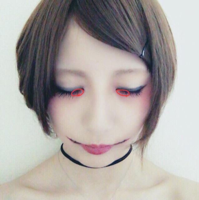 涙袋の目頭にちふれの赤リップをちゃんとつけて指で涙袋の方に向かって馴染ませます。