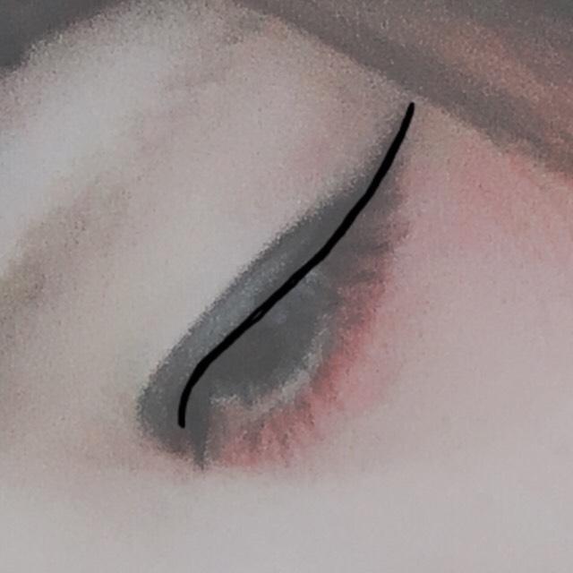 アイラインを長く細めに、最後が少し跳ね上がるように書きます。 難しいですがまつ毛の間を埋めるように塗ります。