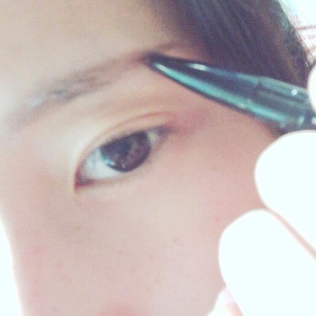 アイブロウで眉毛を書きます