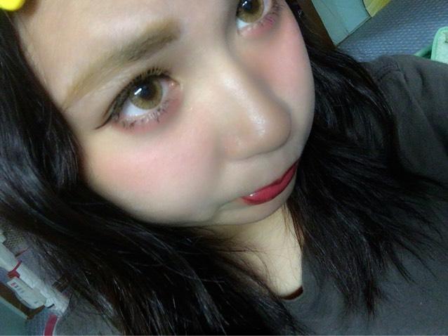眉毛は明るめの色で少し上がり気味に書く。 チークは目の下に濃く入れる。 リップは赤やピンクのはっきりした色をつける。