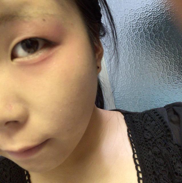 目の周りを赤いクリームチークで囲みます。下瞼のところはしっかり色入れると可愛いです〜
