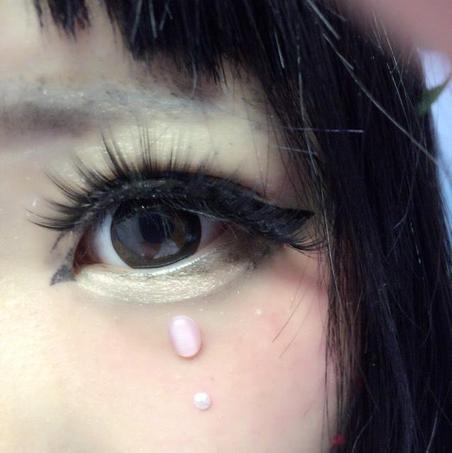 眉毛をコンシーラーで埋めて、下がってるまろ眉を書きます。あと目の下にラインストーンを貼ります!
