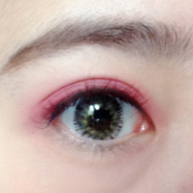 広げる範囲は二重ラインギリギリ。奥二重の人は目を開けた瞼のキワ1ミリくらいが目安です♡