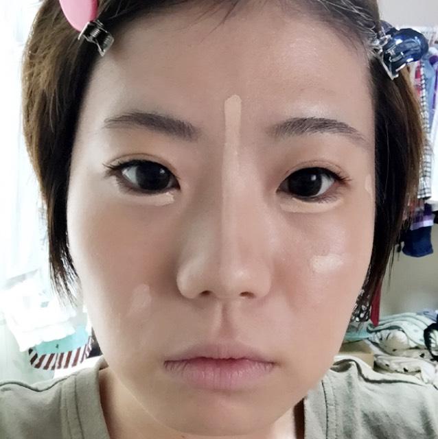 目の下、鼻筋、その他ニキビ跡や気になるところにコンシーラーを塗ります。しっかり馴染ませましょう。特に目の下をなじませる時は上を向いてなじませると、目のキワまで塗れます。