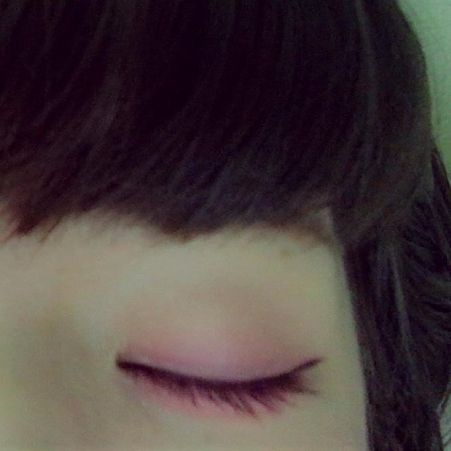 上瞼全体にクリーム系のアイシャドウを塗ります  (この時指で塗ると満遍なく塗れます!)