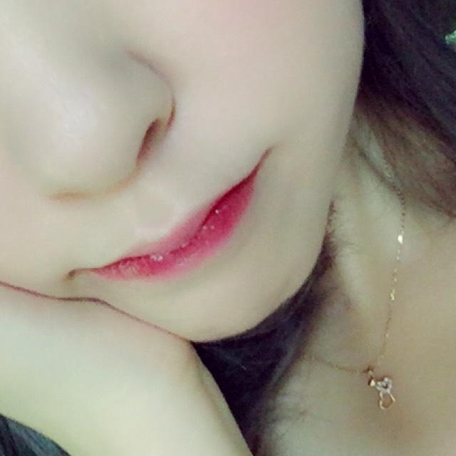 赤いティントリップを唇の内側のみに塗り指でぼかしたらピンクのグロスを唇の中心にだけ塗って馴染ませます