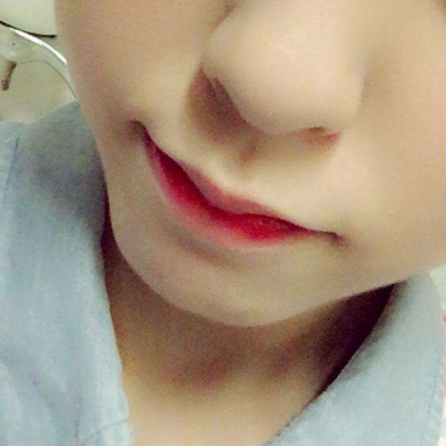 隨遇而安,光澤在嘴唇的中心幹堅定地對齊擦嘴唇乾出一次只對較低的嘴唇塗紅色色調色調