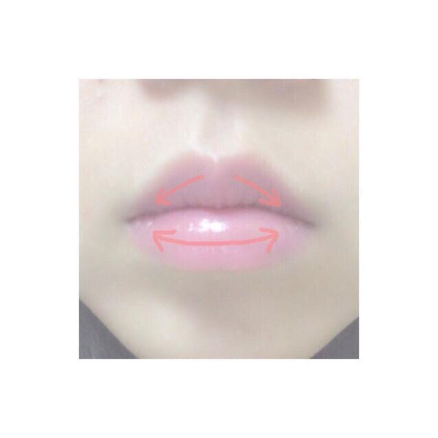 3.下唇、上唇にグロスを薄くのせる
