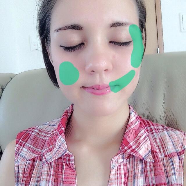 自分の傷の作りたいところに、つけまのりでティッシュを貼り付けます。(この時綺麗さを考えずにボロボロにするのがポイント)