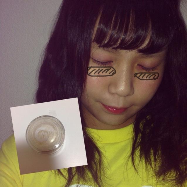 目とチークの間にパールゴールドのラメをつける(これはつけてもつけなくてもどっちでもいいですが、付けた方がキラキラして可愛く見えます。)