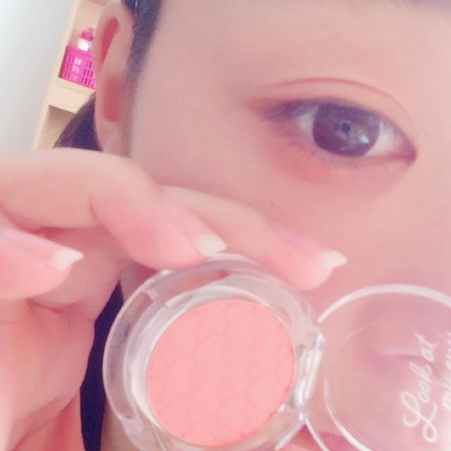 ピンオレンジっぽいアイシャドウをアイホール全体と目の下に伸ばします!薄くて大丈夫です
