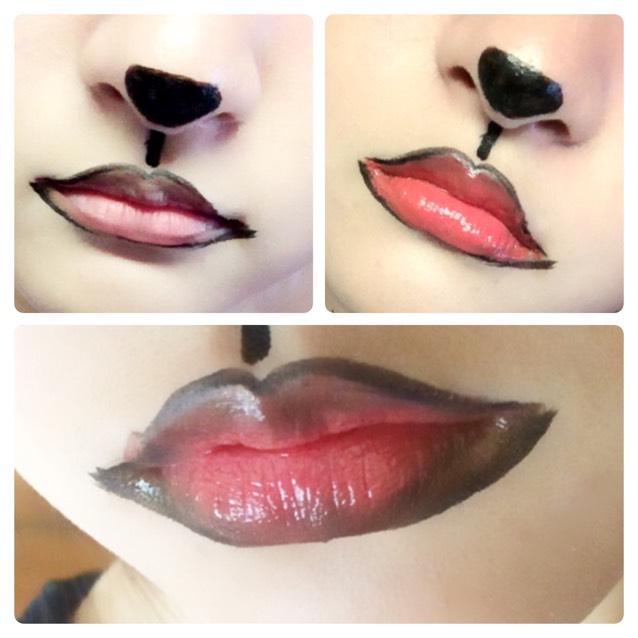 鼻はマジョマジョのアイライナーで描きます。 唇は、大きめに輪郭を描き、中を朱色系のルージュで埋めます。 そしたら茶シャドウでグラデーションになるようにポンポンぼかして、最後にマジョマジョのグロスで少し艶を出します。