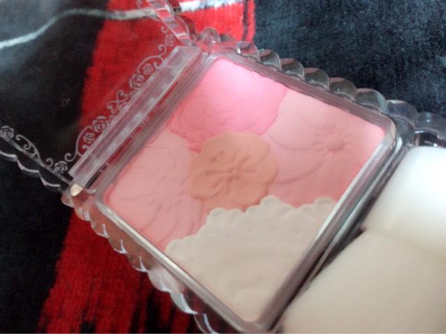 チークを塗ります、 白以外の色を混ぜて少し高めの位置に丸く入れます 白は鼻筋に引いてハイライトとして!
