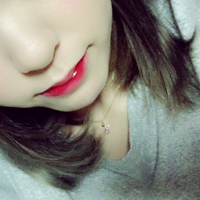 唇の内側に赤いティントを塗り唇同士を擦り合わせて馴染ませます! ティントが乾いたら上からグロスを重ね塗りします  《エチュードハウス:ディアダーリンリップティント #02 リアルレッド》 《キャンメイク:ユアリップオンリーグロス クリア》