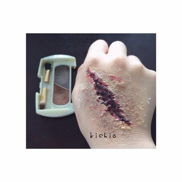 ボンドを塗った傷の周りを若干崩しつつ、焦げ茶や茶色のアイブロウで痣をつくります  傷付近を濃くするのがポイントです