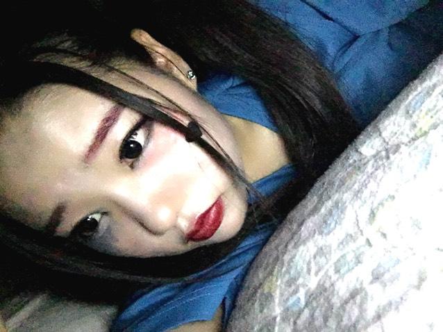 部屋の電気を消してpituというアプリで内カメラのフラッシュをつけて撮ると周りが暗くて、顔だけ明るくなってハロウィン感がでます。 雰囲気はすごく個人的にすきです。