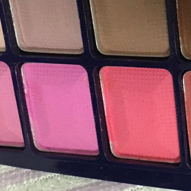 このピンクの色を混ぜて眉毛にたっぷり塗っていきます。 ハーレイクインは黒眉ですが、わたしはピンクにしてみました!