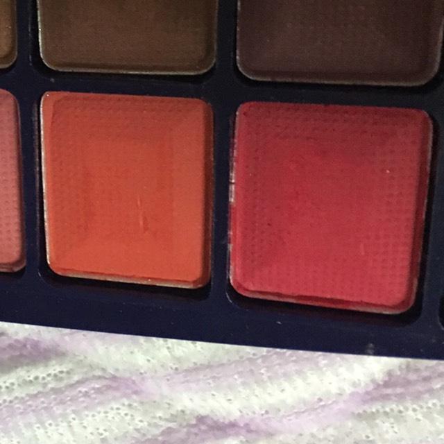 この赤とオレンジ?を右目に塗っていきます!!!  まぶた全体に塗ったら、したまぶた全体にもぬります。 あとは、したに垂らすように広範囲に塗っていきます。