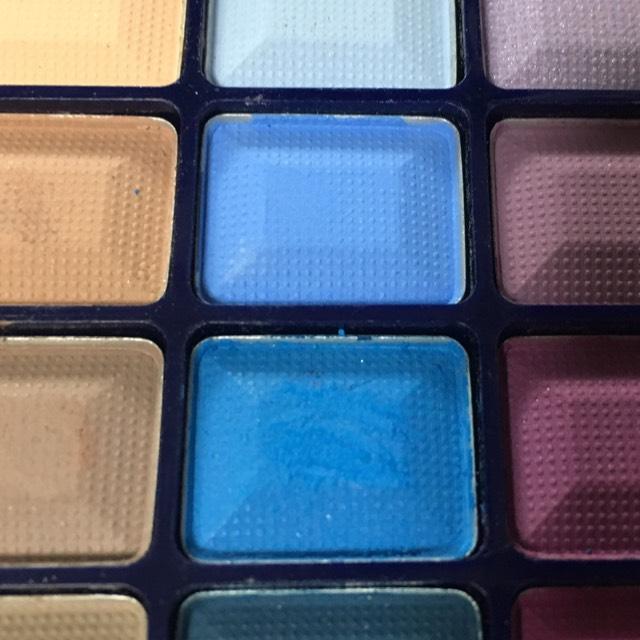 この青の2色で左目を右目と同じように塗っていきます。