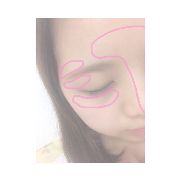 9.指にとって眉間から鼻先にかけてすっとのせて、眉尻の上下、目の下にものせる