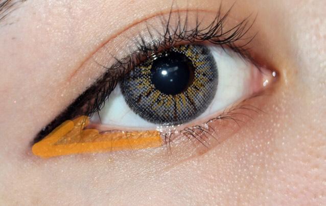 ブラウンシャドウを オレンジの線のところにくの字に塗ります