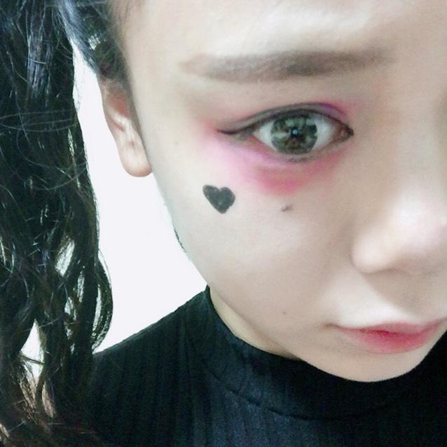 ピンクのアイシャドウの方の目の下にハートマークを書きます。