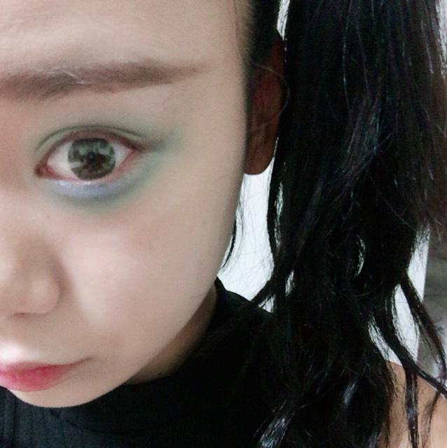 片方の目は青や緑のアイシャドウで囲みます。