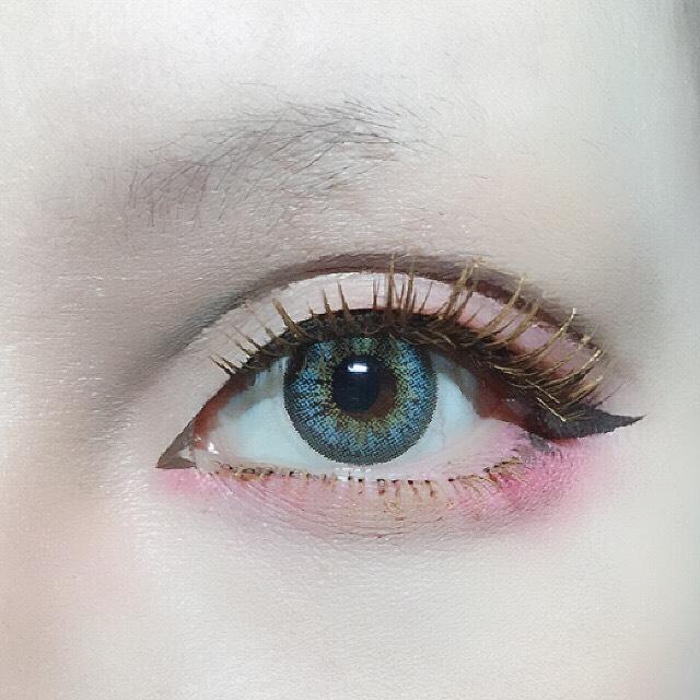 上下につけまつげをつけた後しっかりビューラーしてアイブロウマスカラで着色。 アイメイク用のブラウンマスカラより眉マスカラの方が明るい発色で、しっかりアイラインでも柔らかい印象になります。